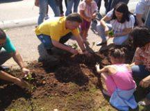 Prefeito Gabriel Maranhão e voluntários fizeram o lançamento do novo projeto, com o plantio de mudas de hortênsias no trevo de entrada da cidade. Foto: Divulgação
