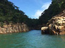 Cenário é emoldurado por cânions que chegam a 20 metros de altura, além de grutas e lindas cachoeiras. Foto: Divulgação