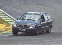 Aspirante a piloto entra na pista com o próprio carro. Foto: Divulgação