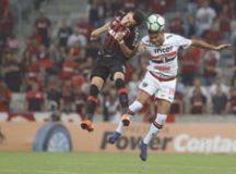 Reinaldo falhou no segundo gol do Atlético-PR ontem, na Arena da Baixada. Foto:  Rubens Chiri/SPFC