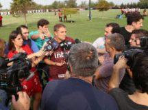 Diego Aguirre concede entrevista a jornalistas no CT do Newell's Old Boys. Foto: Rubens Chiri/SPFC