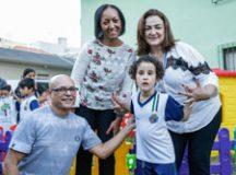 Fernando Piva e sua filha Nayara, ao lado de Irma Paulino e Janice Paulino, durante entrega da revitalização da escola. Foto: Divulgação/PMSCS