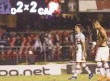 Rodrigo Caio e Diego Souza deixam o gramado após o empate e a eliminação tricolor. Foto: Léo Pinheiro/FramePhoto/Folhapress