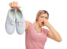 Apesar de não ser comum, o uso eventual de calçados de outras pessoas possibilita a transmissão do chulé. Foto: Reprodução