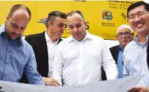Autoridades municipais e do Estado analisam projeto das obras. Foto: Divulgação
