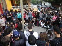 Professores de escolas particulares realizam aula pública nesta quarta (23) na praça Elis Regina, no Butantã, em São Paulo - Danilo Verpa/Folhapress