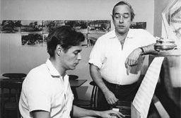Tom Jobim toca piano ao lado do poeta Vinicius de Moraes. Foto: Divulgação