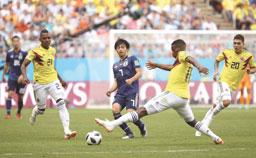 Colômbia tem expulsão relâmpago e perde do Japão