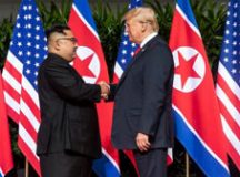 Presidente dos EUA, Donald Trump, aperta a mão do líder da Coreia do Norte, Kim Jong Un. Foto: Shealah Craighead/Casa Branca