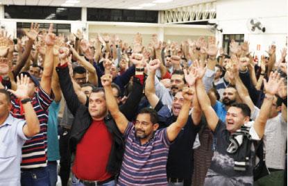 Metalúrgicos entregam às bancadas patronais pauta da campanha salarial