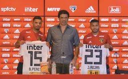Bruno Peres e Rojas receberam as camisas 15 e 23 de Raí. Foto: Erico Leonan/SPFC