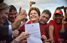 Gleisi Hoffmann e Dilma Rousseff comemoram registro da candidatura de Lula ao lado da militância. Foto: André Borges/AGIF/Folhapress