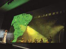 Espetáculo une harmoniosamente o vocal de Glaucia Nasser ao teatro e às artes visuais. Foto: Divulgação