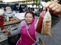 Lucia ganha a vida vendendo temperos e panos de prato. Foto: Robson Ventura/Folhapress