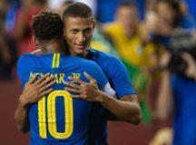 Richarlison comemora com Neymar seu segundo gol no amistoso de ontem. Foto: Pedro Martins/MoWA Press