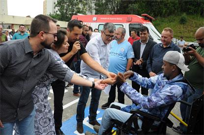 Lauro Michels entrega dois veículos para transporte de pacientes