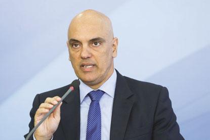 Pressionado, Alexandre Moraes recua e derruba censura