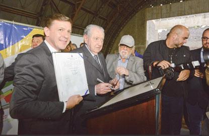 Morando assina termo de posse de área para unidade do Sesc